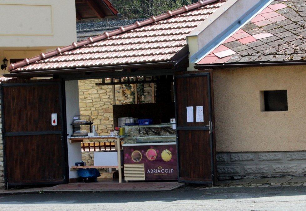 Občerstvení v garáži u parku pod Vlašským dvorem v Kutné Hoře.