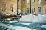 Pohled na zadní vchod do Domu dětí a mládeže v Čáslavi v průběhu rekonstrukce v dubnu 1999.