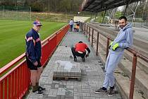 Fotbalisté Kutné Hory pracovali během pandemie na renovaci stadionu.