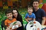 Děti z mateřinky vyráběly v dílnách vánoční dekorace.