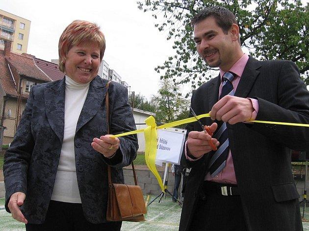 Slavnostní přestřižení pásky - ředitelka dětského domova Danuše Mavrodievová, předseda okresního výkonného výboru ČSSD Jiří Havlíček.