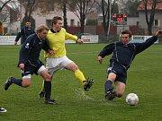 Kdo je hráčem v tmavě modrém dresu Paběnic (vpravo u míče) na hřišti ve Velimi? Křesetický Milan Suchorebský? Anebo někdo jiný?