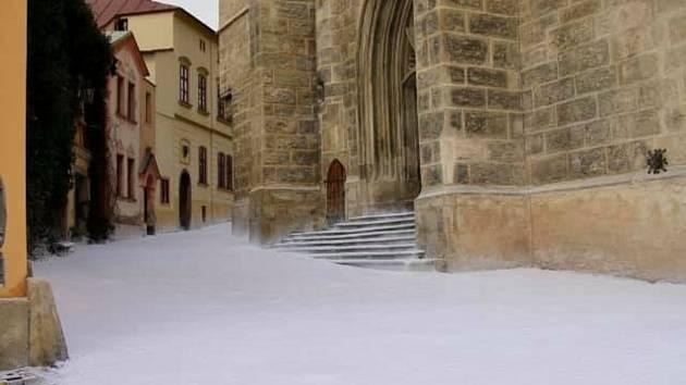 Po natáčení filmu White Bird v Kutné Hoře zůstal umělý sníh.