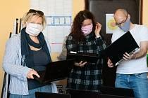 Nadační fond pro Kutnohorsko pomohl v době koronakrize například i dětem ze sociálně znevýhodněného prostředí. Kamila Drtilová, regionální manažerka Eduzměny a Místního akčního plánu pro Kutnohorsko, je na snímku vlevo.