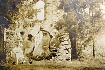 Fotografie byla pořízena v roce 1910. Před zříceninou je zachycen bývalý starosta a obchodník Jan Touška.