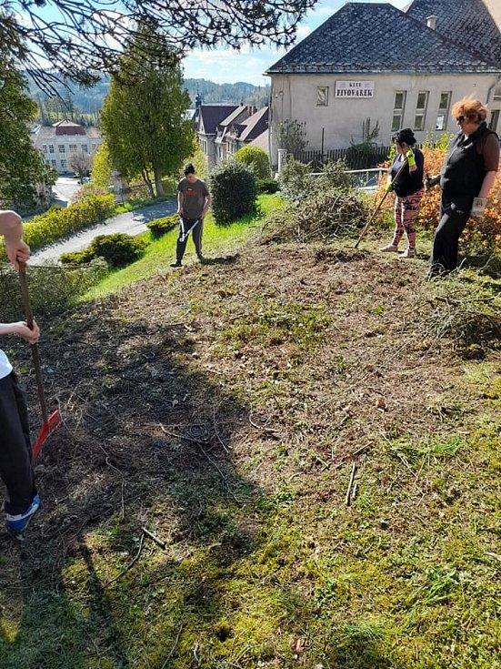 Spolek Reálné ženy a městys Rataje nad Sázavou zorganizovaly úklid zámeckého parčíku v Ratajích.