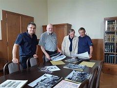 V ředitelně průmyslové školy se řešily přípravy výstavy Prvorepublikové reminiscence