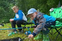 Dětské rybářské závody na rybníku Pavlovka ve Zbraslavicích.