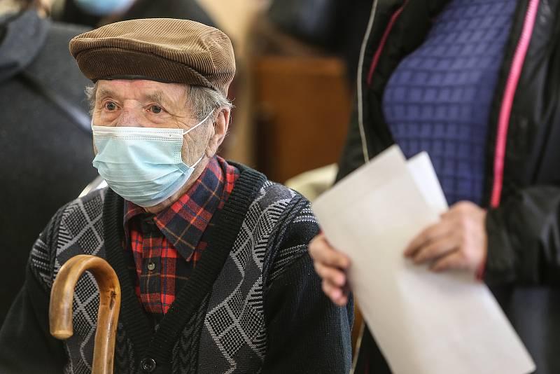 Očkování seniorů vakcínou proti koronaviru v Městské nemocnici v Čáslavi.