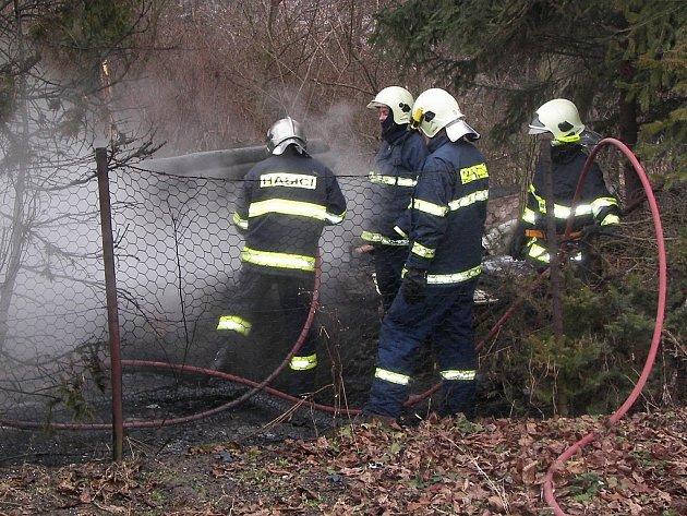 Z požáru opuštěné chatky na Kaňku.