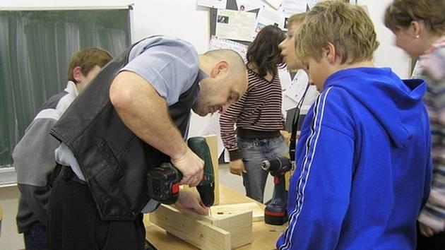 Studenti gymnázia si budky vyrobili za asistence pedagoga Jiřího Posselta.