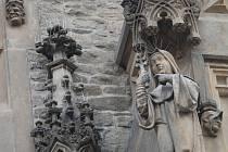Fasádu Kamenného domu v Kutné Hoře chrání před holuby speciální bodla.