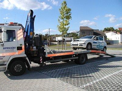 Mrtvé vozidlo Kutnodvorského vševědníku na háku mlsného odtahového mamuta.