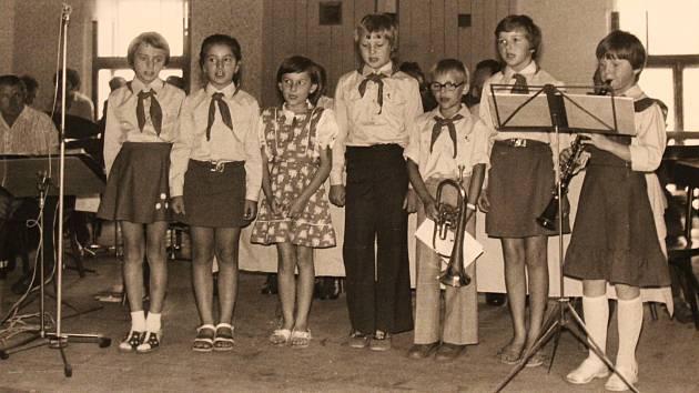 Kulturní vystoupení členů Pionýrské organizace Socialistického svazu mládeže ve čtvrtek 14. června 1979 v Kozohlodech.