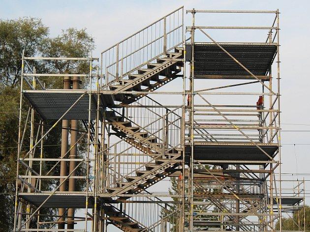 Na lávce pro pěší se u hlavního vlakového nádraží již pracuje.