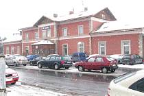 Před nádražím v Čáslavi je nedostatek parkovacích míst.