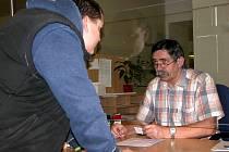 Na odboru dopravy kutnohorské radnice žádosti o výměnu řidičského průkazu vyřizuje Vladimír Kvíz (vpravo). Ruch u jeho přepážky včera nevybočoval z praxe běžného úředního dne.