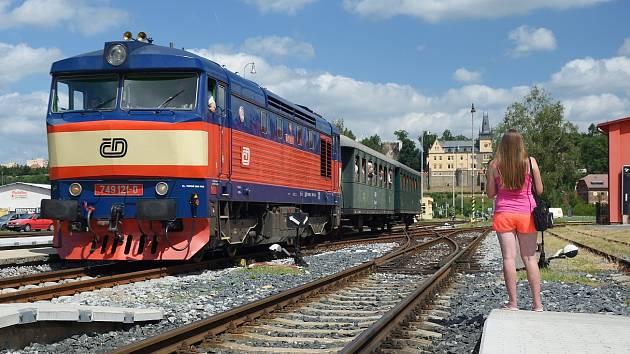 Slavnostní jízda vlaku k ukončení opravy části Posázavského Pacifiku mezi Ledečkem a Zručí nad Sázavou.