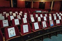 Hlediště Dusíkova divadla v Čáslavi plné papírových diváků.