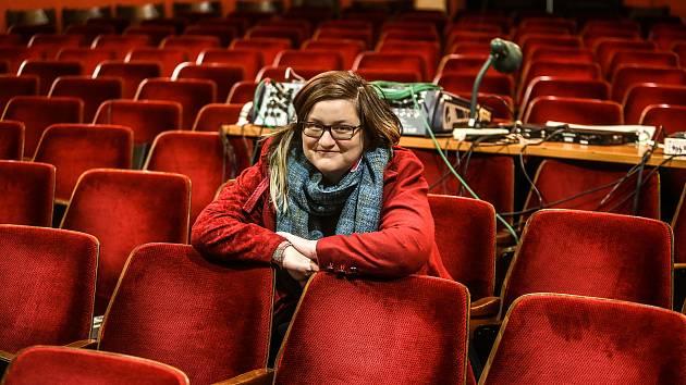 Z prohlídky Dusíkova divadla v Čáslavi. Na snímku jednatelka Lada Bartošová.