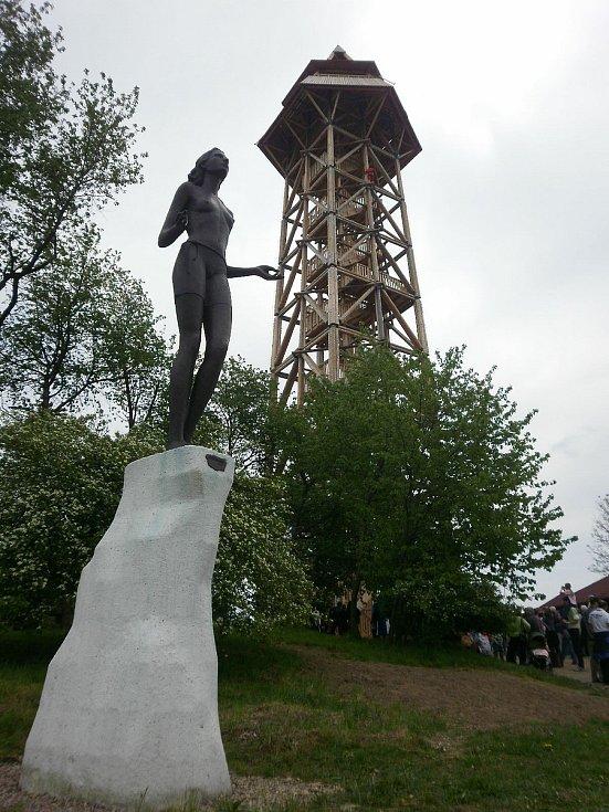 Bronzová socha Zvěstování Panny Marie u rozhledny Bohdanka v Bohdanči.
