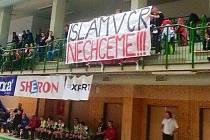 """Transparent """"Islám v ČR nechceme!!!"""" na pátečním futsalovém zápase Benaga se Slavií."""