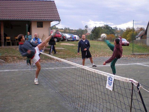 Z finálového zápasu: vlevo blokuje hráč Kutné Hory Pavel Němec, vpravo smečuje hráč vítěznéhodružstva Lukáš Flaks a přihlíží jeho spoluhráč Richard Laczko.