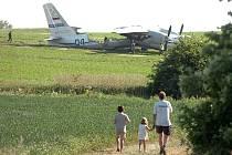 Havarované vojenské letadlo An-30 nedaleko letiště v Chotusicích. 24.5.2012