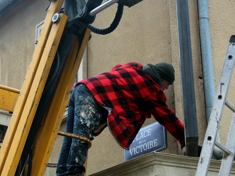 Přípravy před natáčením filmu White Bird: A Wonder Story na Jungmannově náměstí v Kutné Hoře.