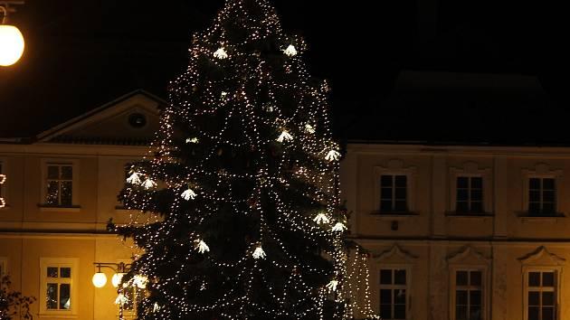 V Kutné Hoře se rozsvítil vánoční strom.