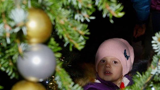 Z rozsvícení vánočního stromečku v Ratajích nad Sázavou.