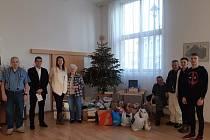Vánoční sbírka pro Barboru: předání dárků klientům Domova Barbora v Kutné Hoře.