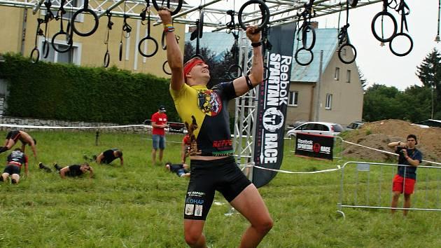 Kutnohorský Spartan Michal Pavlík zdolává multiring na Spartan Race v Litovli, 20. srpna 2016.
