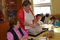 V Centru pro zdravotně postižené a seniory Kutná Hora vyráběli papírová přáníčka.