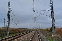 Strhlé trakční vedení na železnici mezi Kutnou Horou a Čáslaví.