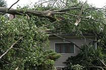 Následky větrné smršti ve Zbraslavicích.