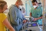 Ze školení personálu kutnohorské nemocnice na obsluhu plicního ventilátoru.