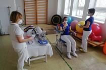 Ukázka rehabilitačního cvičení v kutnohorské nemocnici.