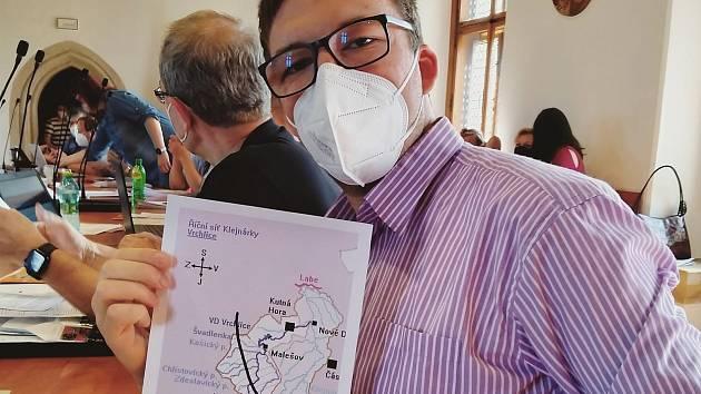Kutnohorský radní Štěpán Drtina na zasedání zastupitelstva města při projednávání plánované trasy vysokorychlostní trati na Kutnohorsku.