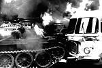 Hořící autobus a tank na Vinohradské třídě v Praze.