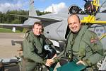 Jako první český pilot přistál s gripenem na čáslavské dráze podplukovník Michael Borůvka (vpravo).