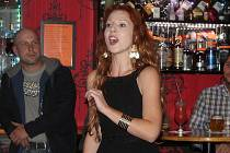 Jana Štěrbová zazpívala v Cocktail baru.