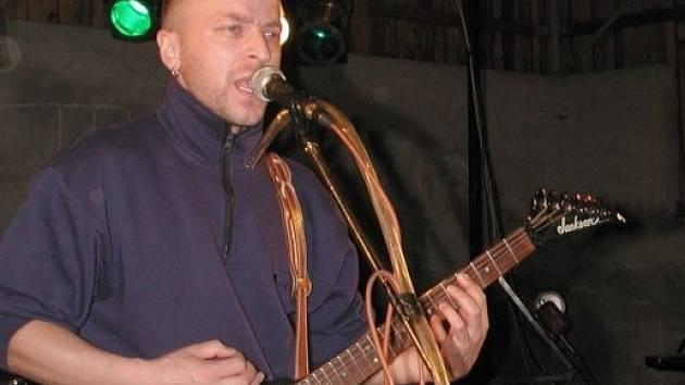 Zpěvák a kytarista Miroslav Chrástka.