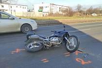 Dopravní nehoda motorkáře a osobního automobilu v Chrudimské ulici v Čáslavi v pondělí 14. prosince 2020.