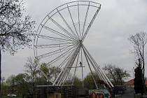 Příprava atrakcí na Sedleckou pouť v Kutné Hoře v pátek 12. dubna 2019. Novinkou bude velké ruské kolo.