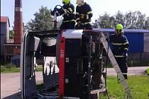 Hasiči ze Žlebů trénovali zásah u havarovaného autobusu.