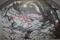 Vznikající výzdobu v podchodu na hlavním vlakovém nádraží poškodil neznámý vandal. Výtvarníci Lukáš Kladívko a Jakub Štark, kteří kresby vytvářejí, už ale většinu nechtěných malůvek odstranili. Foto: Deník/Hana Kratochvílová