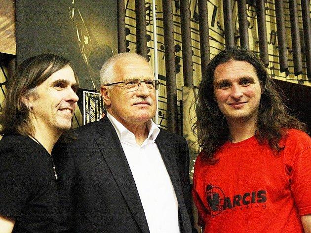 Dva slavní muzikanti a jejich velký fanoušek. Zleva: Dean Brown, Václav Klaus a Pavel Jakub Ryba.