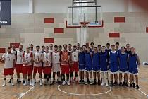 Kutnohorskou sportovní halu si ke své přípravě na mistrovství světa na tři tréninky vybralo i české reprezentační basketbalové áčko. Na snímku s českými kadety.