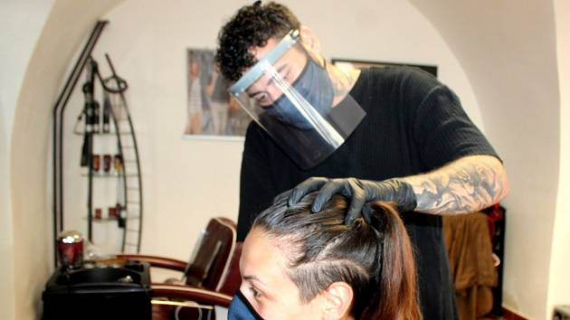 V Gino`s Barber Shopu v Kutné Hoře po rozvolnění opatření vydaných v souvislosti s pandemií koronaviru: stříhání v roušce a štítu je pro kadeřníky pořádný záhul.
